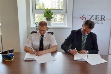 Komendant Miejski PSP w Lublinie oraz Zastępca Dyrektora ZER MSWiA podczas podpisywania porozumienia