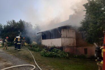 Dom objęty pożarem