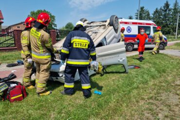 Strażacy zabezpieczający samochód, który uległ wypadkowi w Wojcieszynie