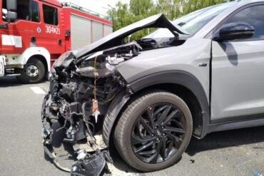 Zniszczony przód samochodu po wypadku