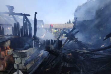 Strażak gaszący pożar