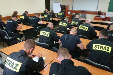 Uczestnicy szkolenia podczas części teoretycznej egzaminy