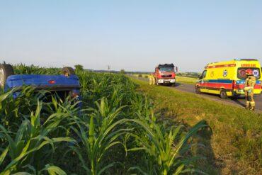 Wrak pojazdu oraz służby ratownicze biorące udział w akcji
