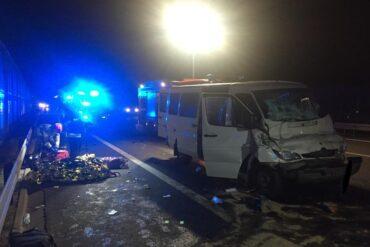 Bus biorący udział w zdarzeniu oraz strażacy podczas akcji