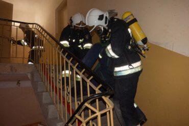 Strażacy ewakuują osobę poszkodowaną