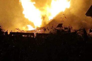 Ogień i dym z palącego się domu