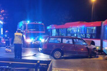 Policjant, pojazdy straży pożarnej, wraku pojazdu i autobus komunikacji miejskiej